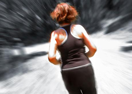 Motionerande rödhårig tjej i träningskläder