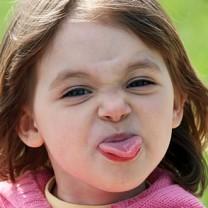 Liten tjej räcker ut tungan