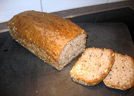 Glutenfritt brödpå bänk med två skivor uppskurna