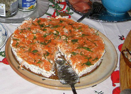 Laxtårta på fat med tårtspade