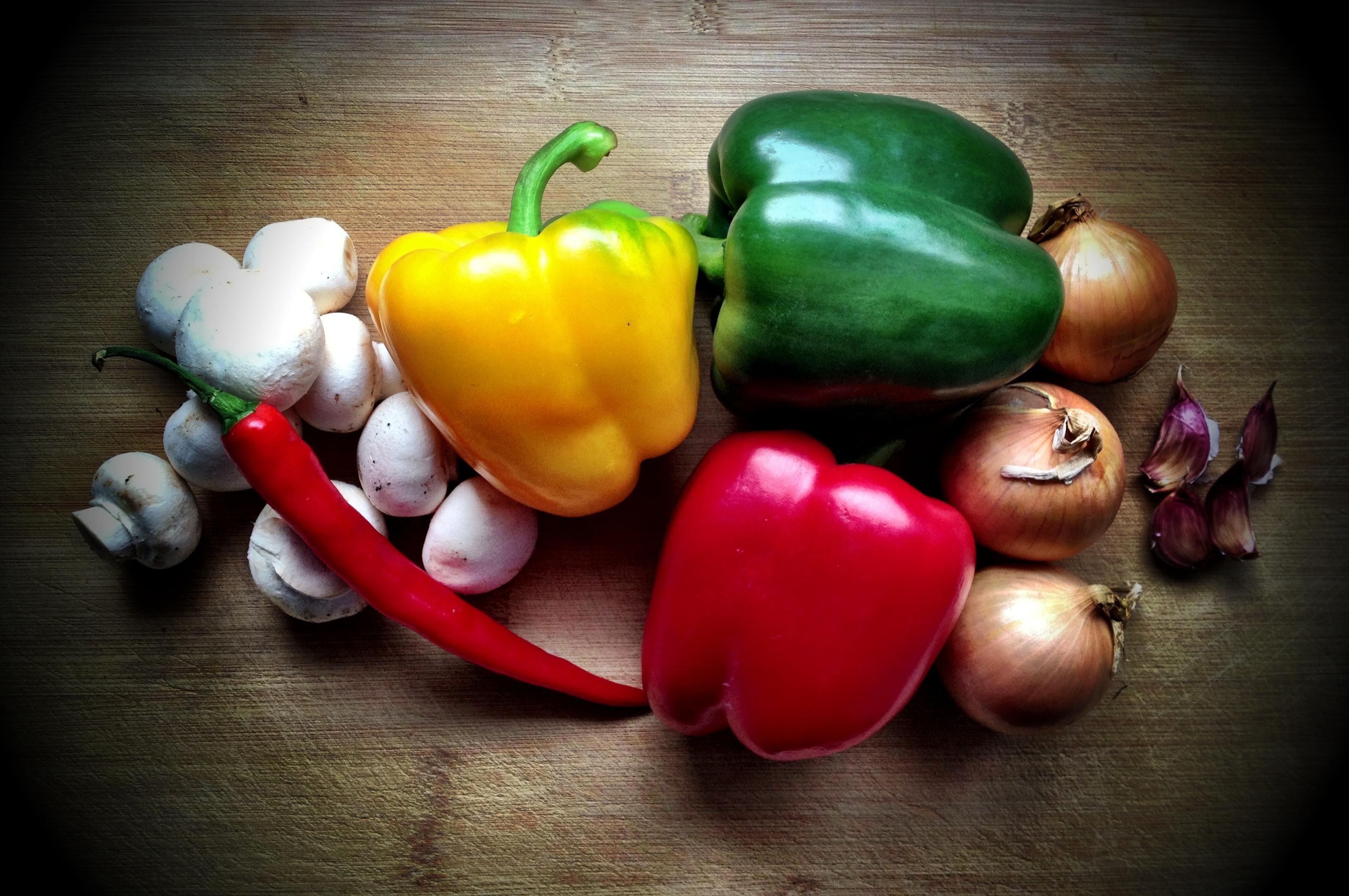 Grönsaker på ett träbord