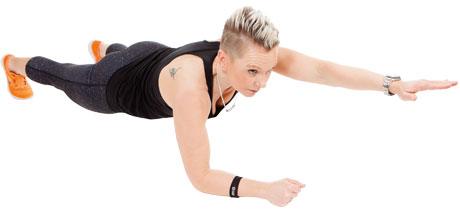 Carolin Helt visar övningen pekplanka