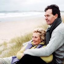 Man och kvinna tittar ut över havet