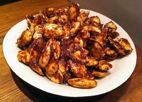 Asiatiska rawfoodmandlar i vit skål på träbord