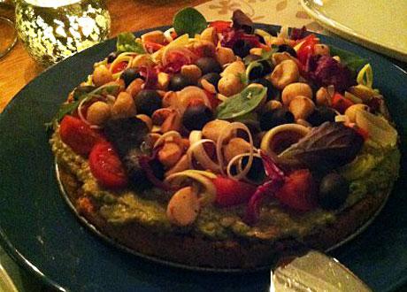 Hel sötpotatispaj på serveringsfat bredvid tänt ljus