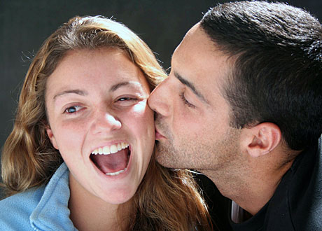 Kille pussar glad söt tjej på kinden