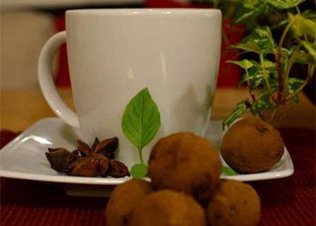Carob-kulor och vit kopp
