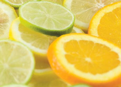 Citronskivor och limeskivor ovanpå varandra i närbild