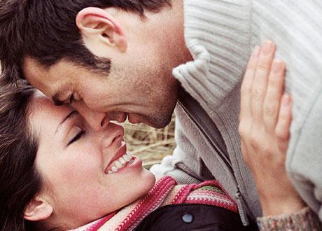 Glatt par som nästan kysser varandra
