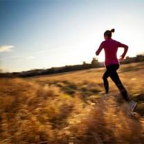 Kvinna som tränar löpning utomhus