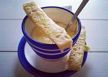 Pocherat ägg i kopp, med ostgratinerat bröd ovanpå