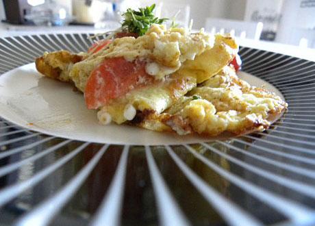 Omelett med keso och tomat på randig tallrik