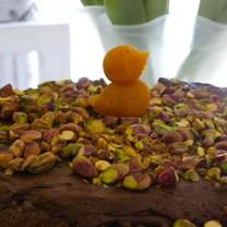 Chokladtårta på mandelbotten med pistagenötter