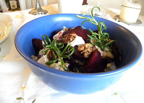 Rödbetssallad och ost i blå skål