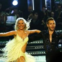 Sigrid Bernson och Anton Hysén i Let´s dance 2012. Sigrid i gul klänning och Anton i svart