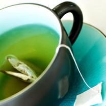 En kopp te fin blå och grön färg på såväl kopp som te