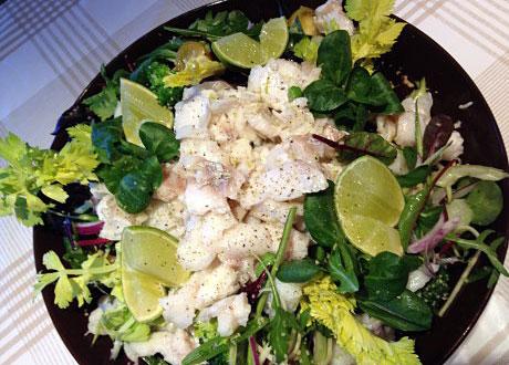 Matig grön torsksallad i svart skål