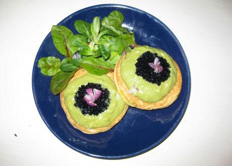 Majsplättar med avokado på blå tallrik