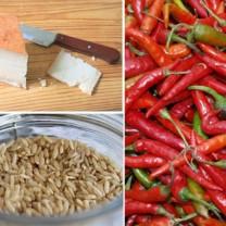 Röd chili, brunt ris och mager ost