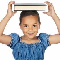 Glad flicka med bok på huvudet