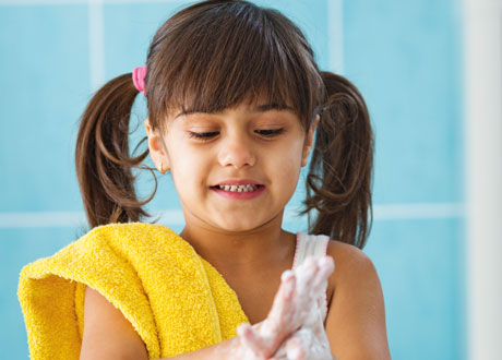 Flicka som tvättar sina händer