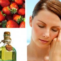 Kvinna med fin hy, olivolja och jordgubbar