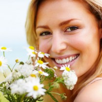 Glad kvinna med blombukett