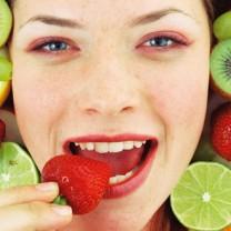 Tjej som äter en jordgubbe