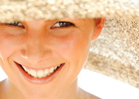 Kvinna i solhatt