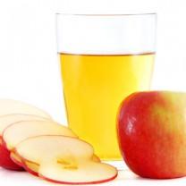 Äpplen och glas med äppeljuice