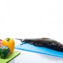 En torsk och grönsaker på skärbrädor