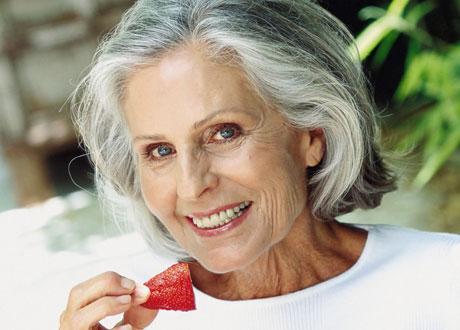 Kvinna med jordgubbe