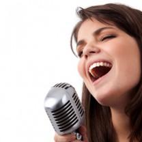 Tjej som sjunger i mick
