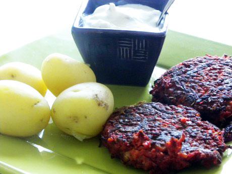 Rödbetsbiffar med fetaostcreme och valnötter