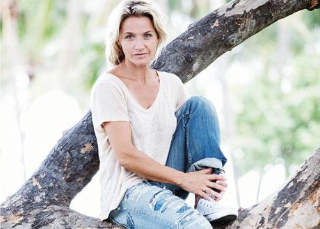 Porträtt av Kristin Kaspersen sittande i ett träd