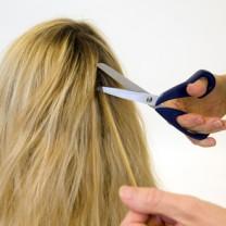 Långt hår som klipps