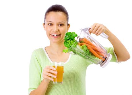 Tjej med grönsaker och juice