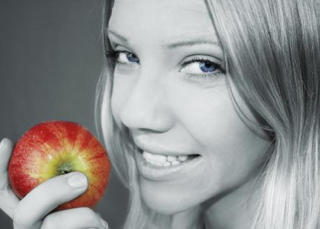 tjej som äter äpple