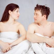 Missnöjt par i sängen