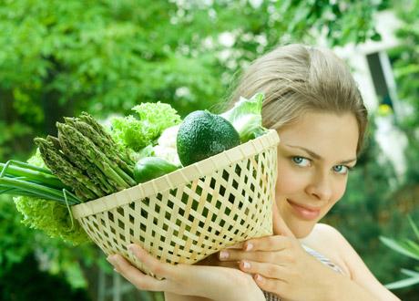 kvinna med grönsakskorg