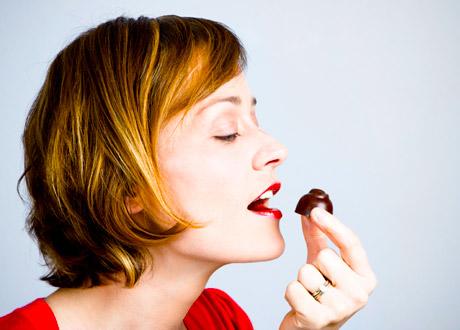 Kvinna som äter choklad