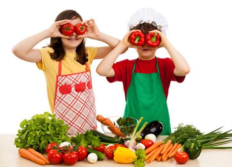 Två barn med grönsaker