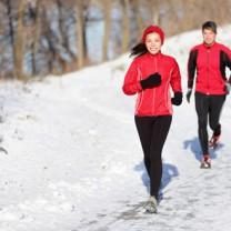 Två joggare i snön
