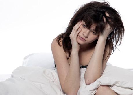 Trött tjej i sängen