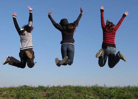 Glada tonåringar som hoppar