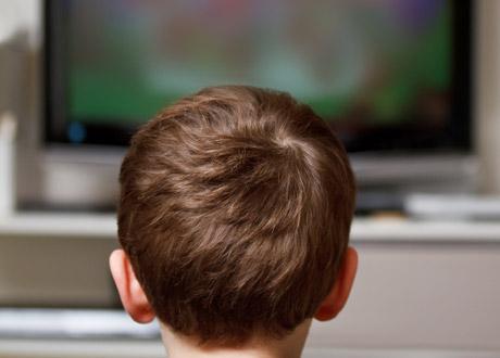 Pojke framför tv