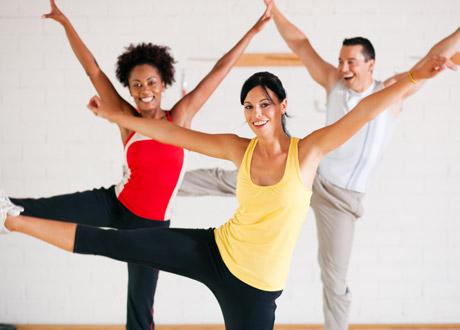 Tre perosner som gör aerobics