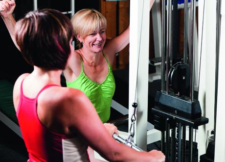 Två kvinnor på gymmet