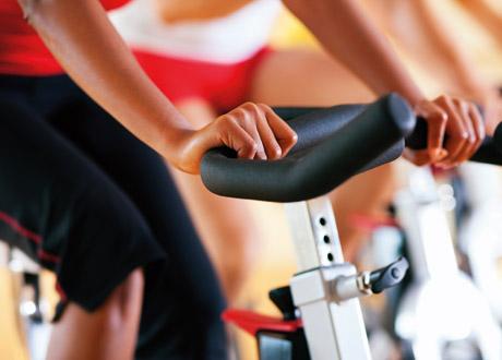 Kvinna på spinningcykel