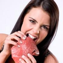 Kvinna som biter i rött kött